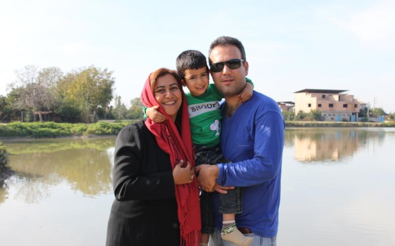 """Zwei Dozenten des Baha'i Institute for Higher Education"""" (BIHE) mit ihrem Sohn. Das Ehepaar, Herr Payman Koushk-Baghi und Frau Azita Rafizadeh wurden für ihre Lehrtätigkeit am BIHE zu vier bzw. fünf Jahren Haft verurteilt. Ihrem sechsjährigen Sohn Bashir wird in dem Moment die elterliche Fürsorge entzogen, sobald das Urteil gegen seinen Vater vollstreckt wird. Der Fall von Bashir und seinen Eltern ist kein Einzelfall. In der Vergangenheit wurden Herr Kamran Rahimian und seine Frau Faran Hessami, aufgrund ihrer Tätigkeit beim BIHE inhaftiert, so dass ihr zweijähriges Kind bei Verwandten untergebracht werden musste."""